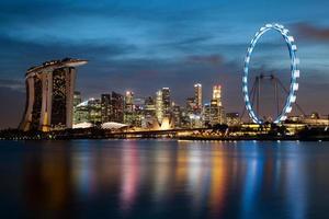 de skyline van singapore's nachts foto