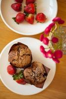 chocolademuffins met aardbei foto