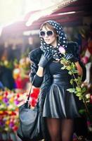 mooie brunette die bloemen kiest bij bloemistwinkel foto