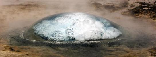 strokkur geiser in geysir ijsland foto