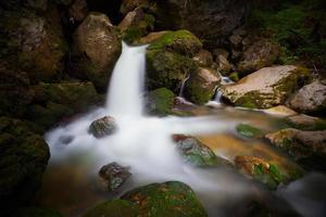 waterval close-up in de bergen foto