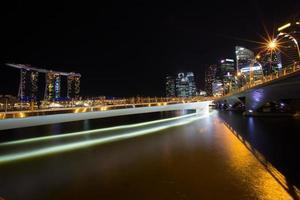 lichtstraal in de stad foto