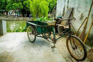 oude Chinese fiets in Tongli Park foto