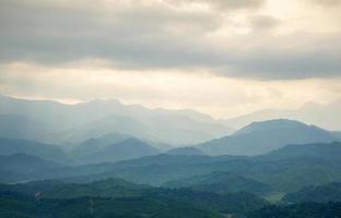 berg onder mist in de ochtend foto