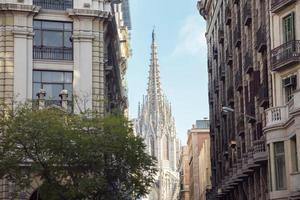 uitzicht op de gotische kathedraal van barcelona tussen gebouwen foto