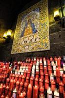 kaarsen voor de moeder van god, montserrat, catalonië, spanje. foto