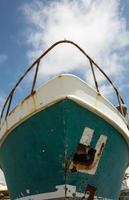 boeg van een oud roestig schip foto