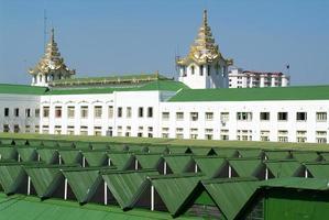 dak van het station gebouw in yangon foto