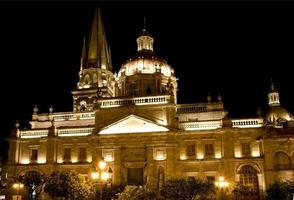 kathedraal van guadalajara mexico 's nachts foto