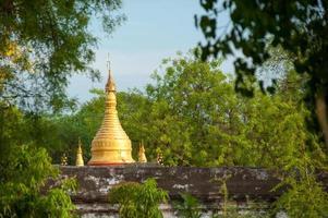 weergave van de gouden kuthodaw pagode in mandalay, myanmar foto