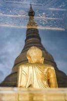 weerspiegeling van shwedagon, yangon, myanmar foto
