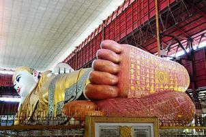 voetafdruk van chauk htat gyi liggend boeddhabeeld foto