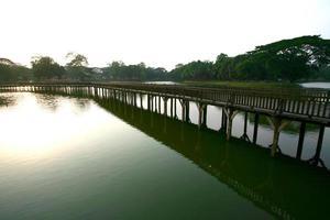 Kandawgyi-meer in Yangon, Myanmar foto