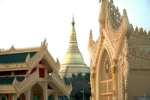 gouden pagode in myanmar tempel, yangoon. foto