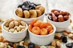 mix van gedroogd fruit en noten foto