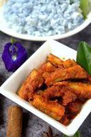 sambal terung - auberginekok met chili foto