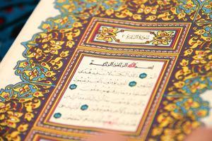 het lezen van de heilige koran foto
