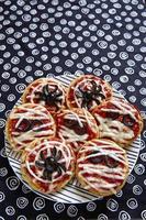 mini pizza's versierd voor een halloween