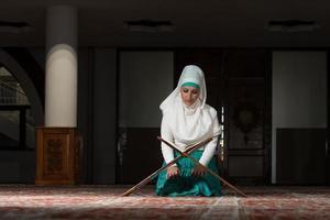 moslimvrouw die de koran leest
