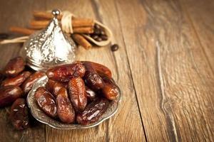 gedroogde dadelpalmvruchten of kurma, ramadan voedsel foto