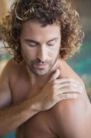close up van een shirtless fit zwemmer bij het zwembad foto