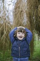 portret van een gelukkig jongetje buitenshuis foto