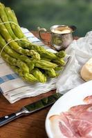 groene asperges met boter en hollandaise foto