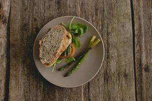 sandwich op tafel foto