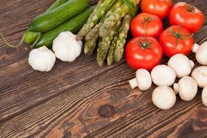 verse groenten op een houten tafel foto