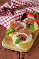 delicatesse voorgerecht groene asperges en gerookte ham foto