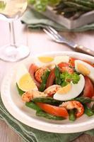 frisse salade met asperges, eieren, garnalen en tomaten