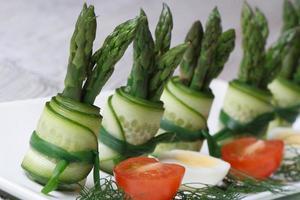 komkommerrolletjes met asperges en groene uien foto
