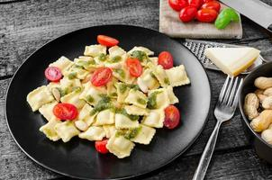 huisgemaakte ravioli met basilicumpesto foto