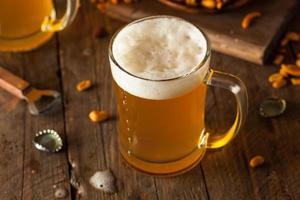 gouden bier in een glazen stein foto