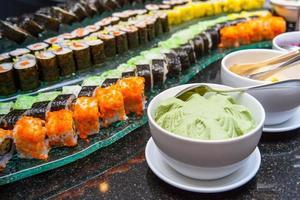 sushi worden op het bord gerangschikt foto