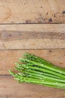verse groene asperges. foto