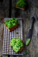 bruschetta met groene erwt foto
