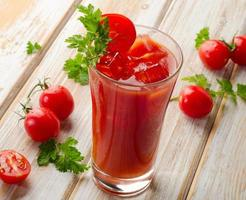 Bloody Mary alcoholische cocktail met tomaten foto