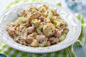 aardappelsalade met selderij en gerookte makreel