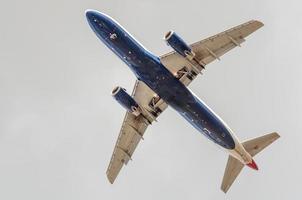 groot vliegtuig in de lucht - passagiersvliegtuig