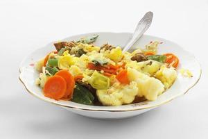 stoofpotje met vlees en groenten in een bord foto