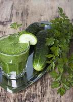 smoothie van komkommer, peterselie en selderij. foto