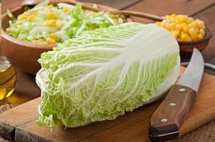bereiding van salade van chinese kool en suikermaïs foto