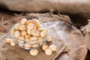 kom met macadamia noten foto