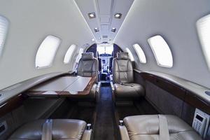 een modern privé business jet interieur foto