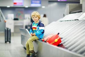 kleine moe jongen op de luchthaven, reizen foto