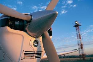 vliegtuig propeller met licht toren bij zonsondergang