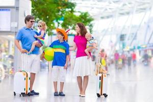 jong gezin op de luchthaven foto