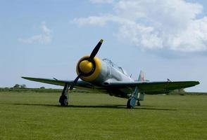 oud vliegtuig op de grond foto
