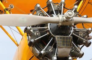 grote propeller van een vliegtuig op de luchthaven foto